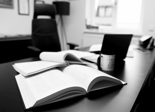 offenes Buch auf Schreibtisch