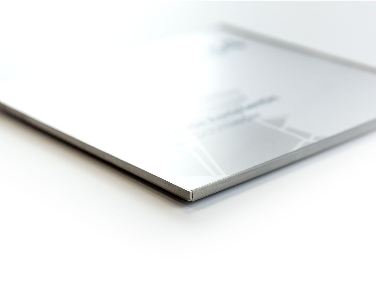 Türschild mit silbernem Rahmen im Profil