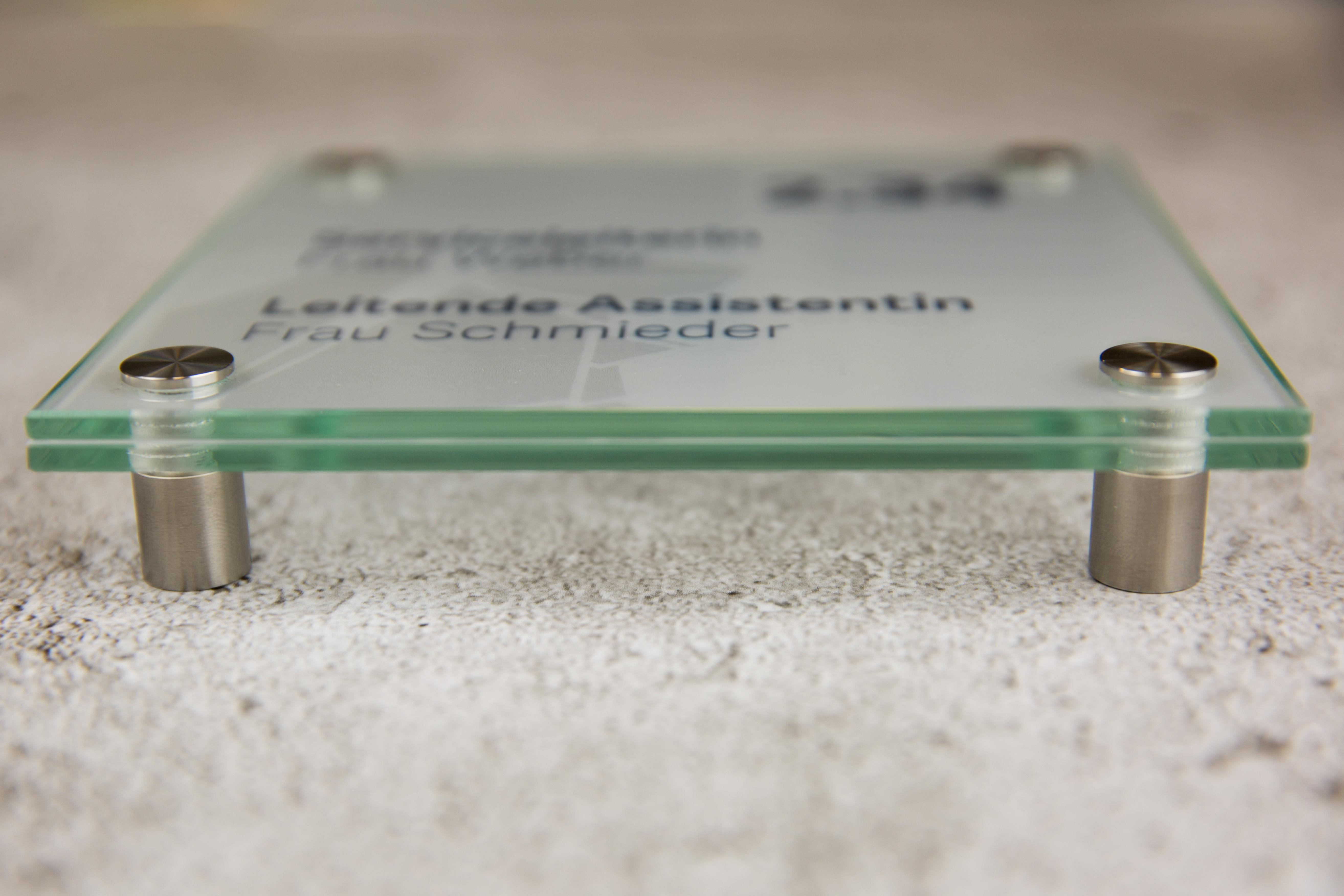 gläsernes Türschild - Detailaufnahme seitliches Profil